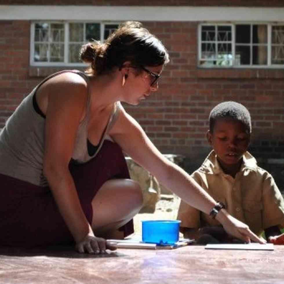 Studente aan het werk tijdens stage in Mavambo, Zimbabwe
