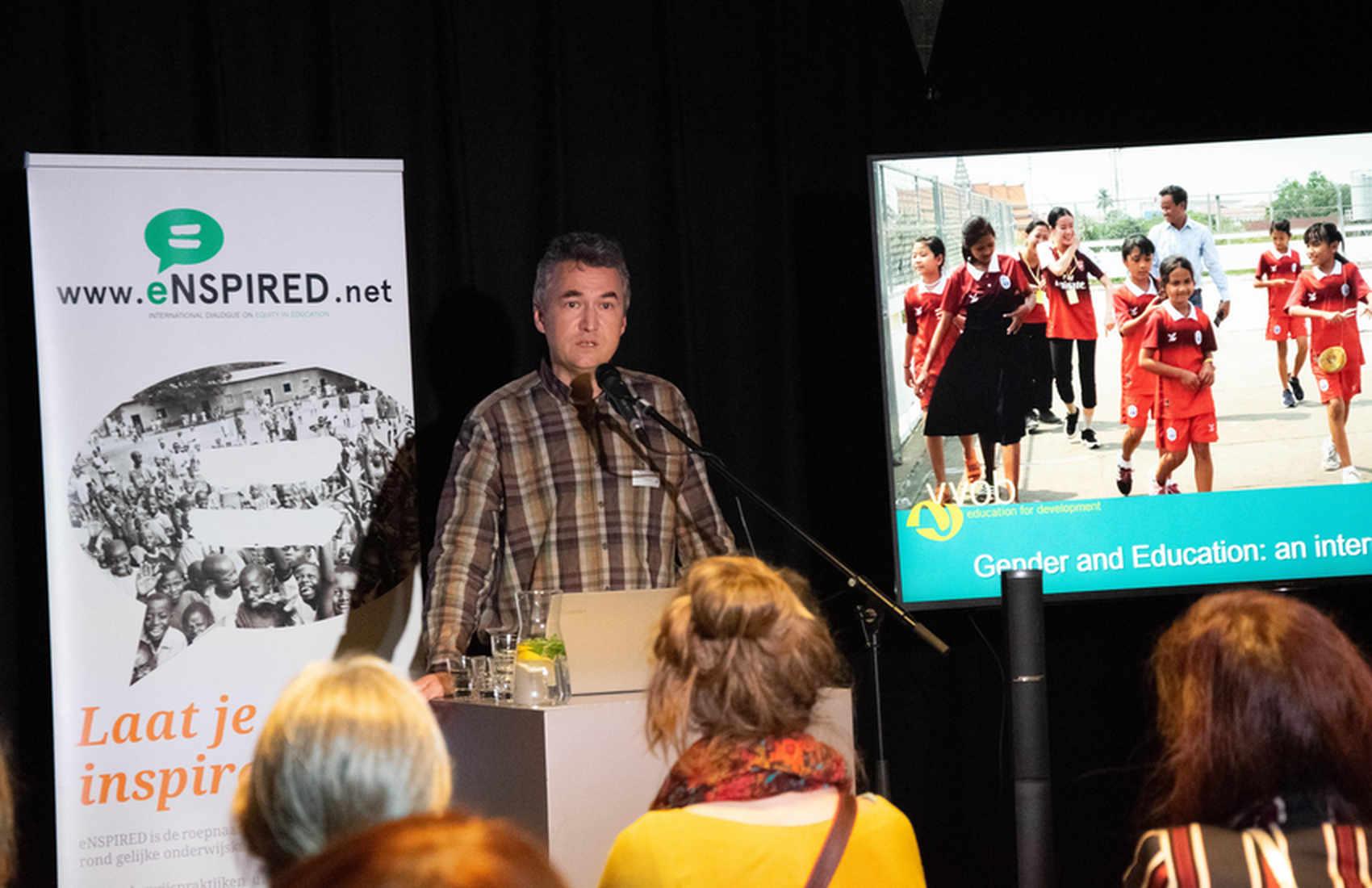 Tom Vandenbosch, Programma Directeur bij VVOB, verwelkomt onze gasten.