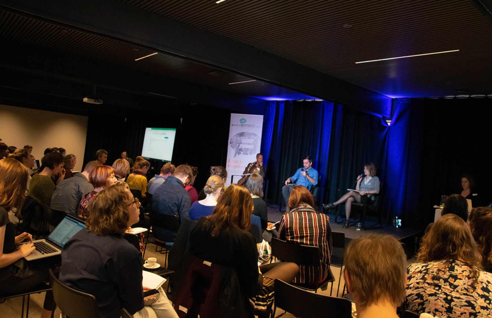 Wendelien en madeleine zoeken samen naar linken en oplossingen voor genderuitdagingen tijdens een internationale dialoog.