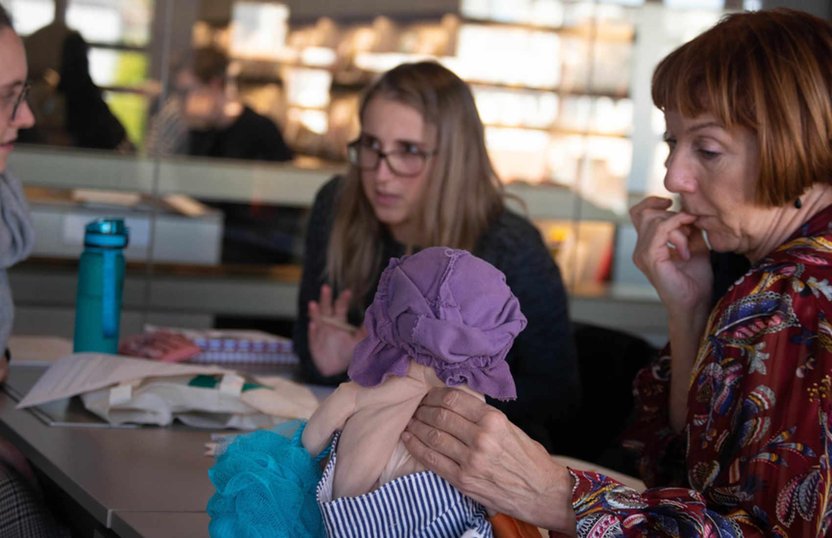 Werkwinkel: Sofie Jansen van RoSa vzw presenteert een speelgoedkoffer voor meer genderbewustzijn in de kleuterklas.