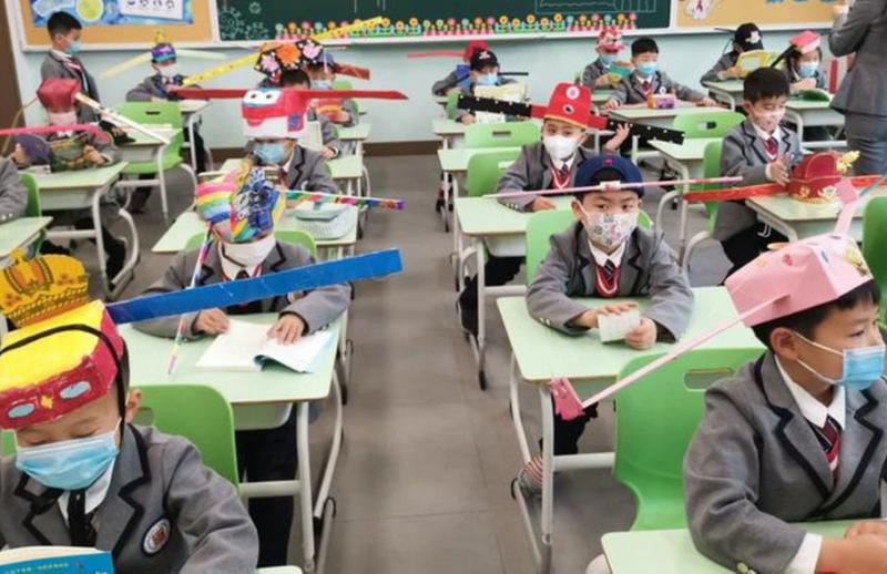 In deze Chinese lagere school startten de kinderen het schooljaar met kleurrijke hoeden om voldoende afstand te kunnen houden