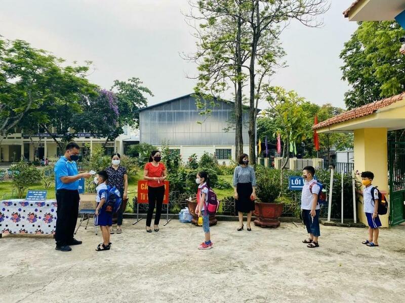 In deze Vietnamese school kom je de school niet binnen zonder dat je temperatuur gemeten wordt.