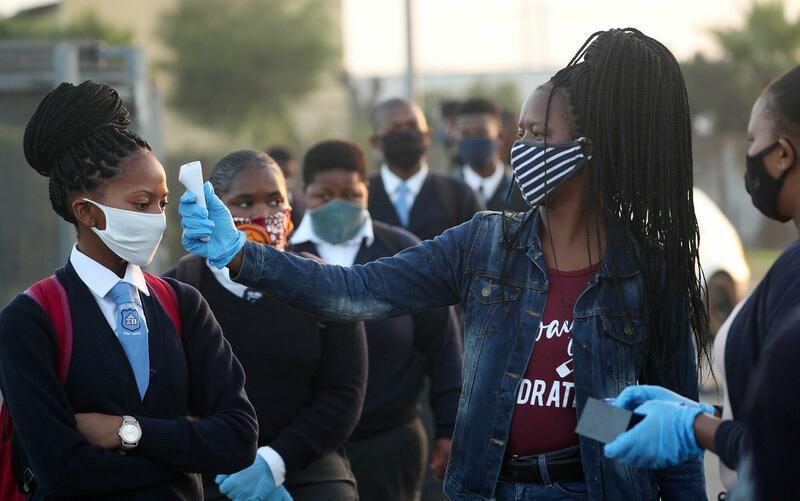 Ook in deze Zuid-Afrikaanse school wordt eerst de temperatuur gemeten.